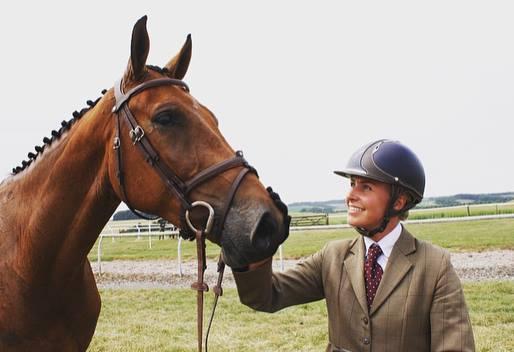 Georgie Strang em cavalos jovens para eventos | Recursos 2